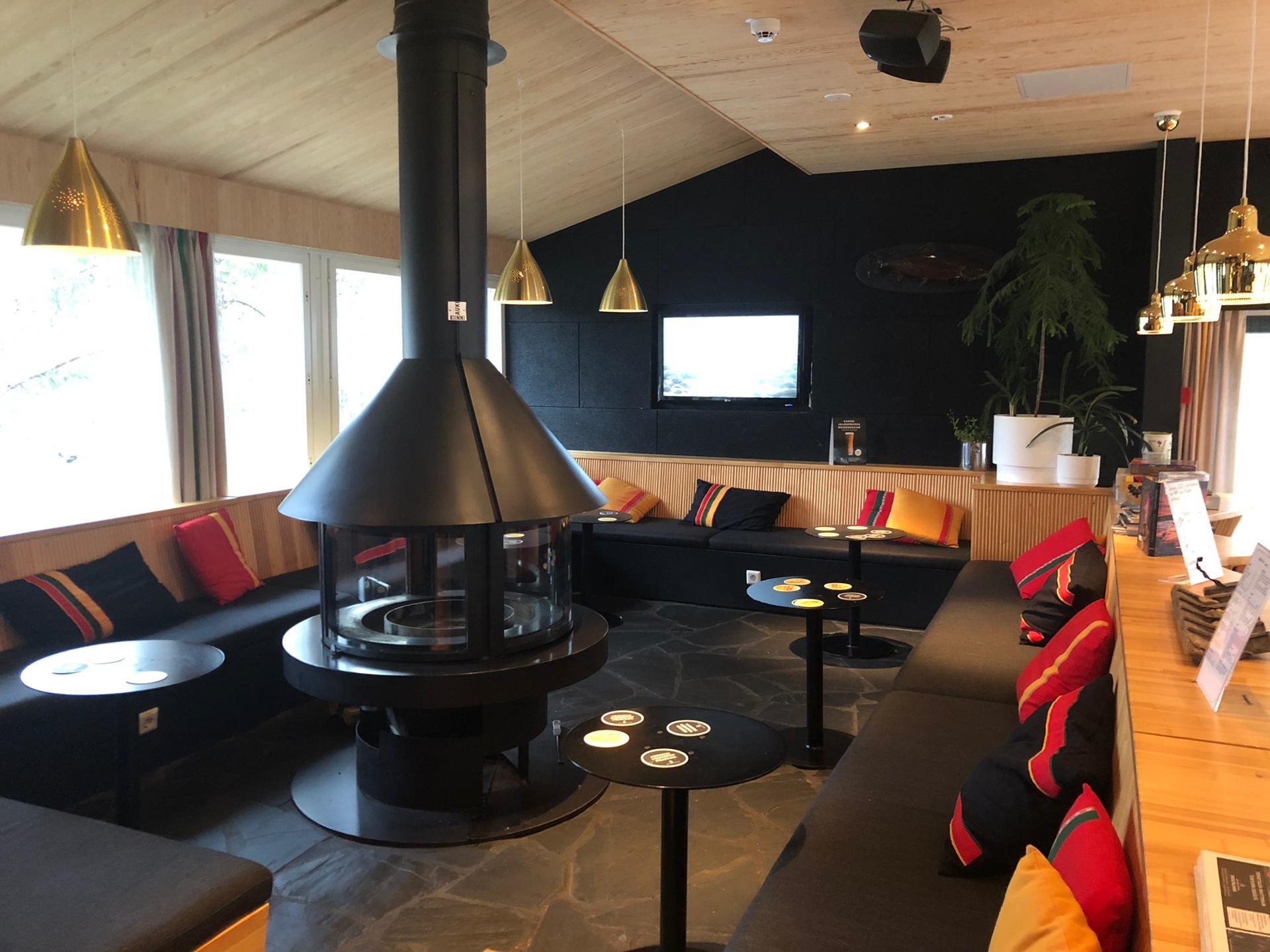 Zithoek met kachel in het Inari Kultahovi Hotel
